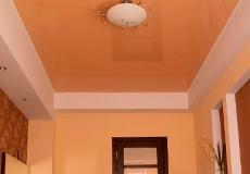 Персиковый натяжной потолок в интерьере фото
